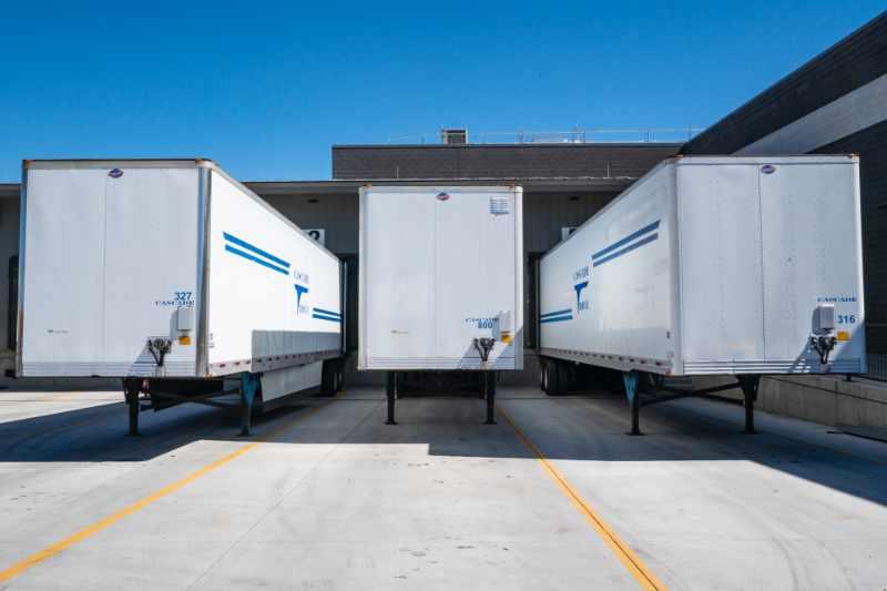 Vrachtwagens klaar om geladen te worden